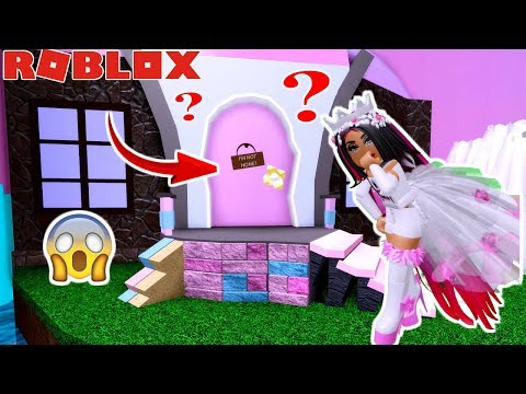 I got into the secret door in royale high ! exposing whats inside with amaya!